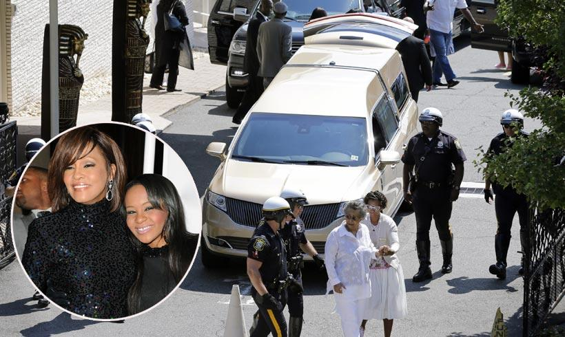 Bobbi Kristina es enterrada junto a su madre, Whitney Houston