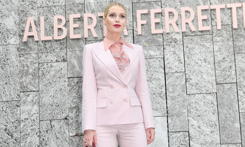 De 'working girl' a romántica, Lady Kitty Spencer juega a los estilos opuestos en Milán